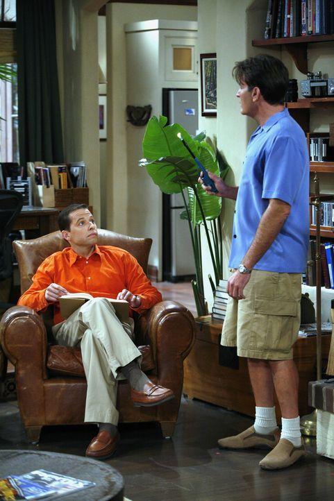 Als Alan (Jon Cryer, l.) das geliehene Geld von Charlie (Charlie Sheen, r.) nicht zurückbekommt, sieht er sich gezwungen, ihm Sprit aus dem Tank ab... - Bildquelle: Warner Brothers Entertainment Inc.