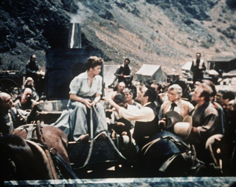 Die resolute Annie O'Toole (Ida Lupino) eröffnet den verblüfften Goldgräbern, dass auch sie eine Goldmine besitzt. - Bildquelle: Paramount Pictures