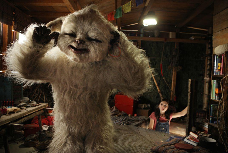 Als Pia (Jamie Bick, r.) in ihrem Baumhaus ein weißes, zotteliges Tier entdeckt, erschrickt sie fürchterlich: Was bitte ist das? Yoko, ein kleiner Y... - Bildquelle: Sony Pictures