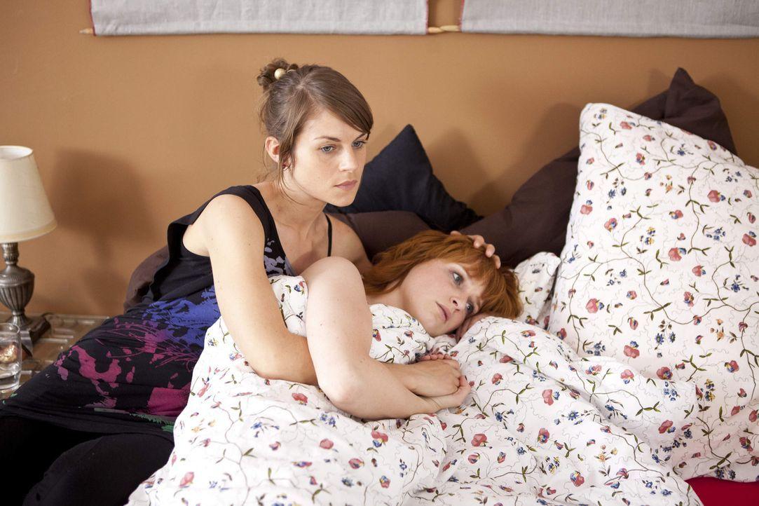Jenny (Lucy Scherer, l.) kümmert sich fürsorglich um Sophie (Franciska Friede, r.) ... - Bildquelle: SAT.1