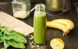 Grüner Smoothie in der Flasche mit Strohhalm