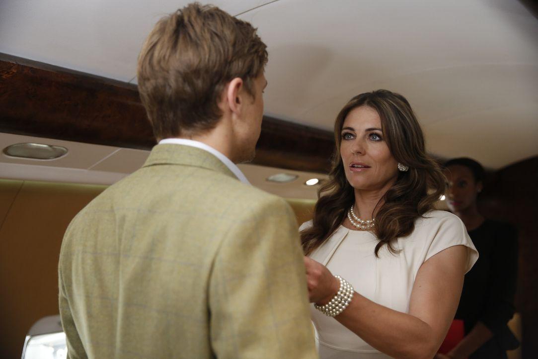 Gemeinsam begeben sich Königin Helena (Elizabeth Hurley, r.) und Prinz Liam (William Moseley, r.) auf eine PR-Reise durch England. Doch Königin Hele... - Bildquelle: Tim Whitby 2014 E! Entertainment Media LLC/Lions Gate Television Inc.