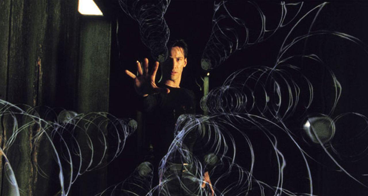 Neo (Keanu Reeves) ist in die Falle der Agenten getappt. Die Kugeln rasen auf ihn zu, es gibt keine Gelegenheit zum Ausweichen ... - Bildquelle: Warner Bros. Pictures