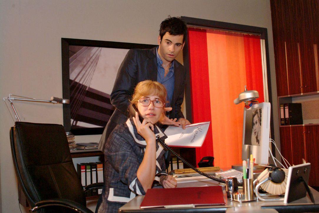 Lisa (Alexandra Neldel, l.) hat Probleme damit, wieder so eng mit David (Mathis Künzler, r.) zusammenzuarbeiten. (Dieses Foto von Alexandra Neldel... - Bildquelle: Monika Schürle Sat.1