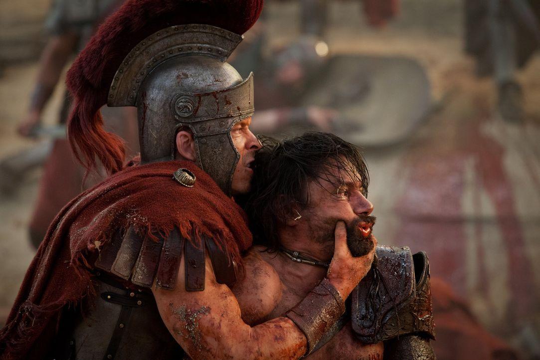 Erleben beide ihr Waterloo: Julius Caesar (Todd Lasance, r.) und Crixus (Manu Bennett, l.) ... - Bildquelle: 2012 Starz Entertainment, LLC. All rights reserved.