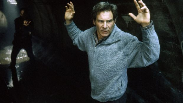 Dr. Richard Kimble (Harrison Ford, vorne) wird Zeuge, wie seine Frau von eine...