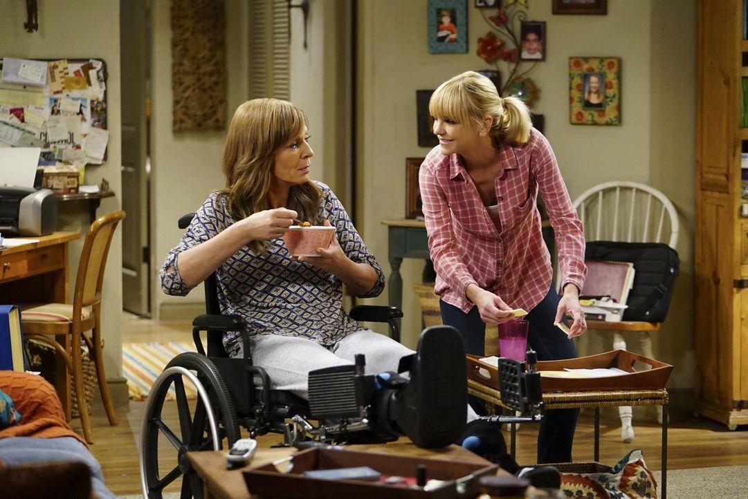 Als Bonnie (Allison Janney, l.) wegen einer Verletzung an den Rollstuhl gefesselt ist, kümmert sich Christy (Anna Faris, r.) um den Haushalt und mac... - Bildquelle: 2017 Warner Bros.