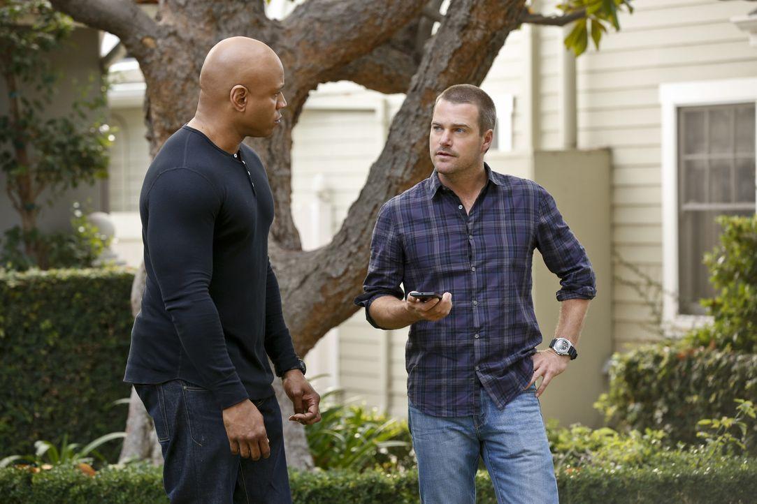 Können nicht fassen, dass Granger vom Maulwurf vergiftet wurde: Callen (Chris O'Donnell, r.) und Sam (LL Cool J, l.) ... - Bildquelle: CBS Studios Inc. All Rights Reserved.