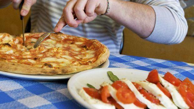 Pizza und Tomate mit Mozarella