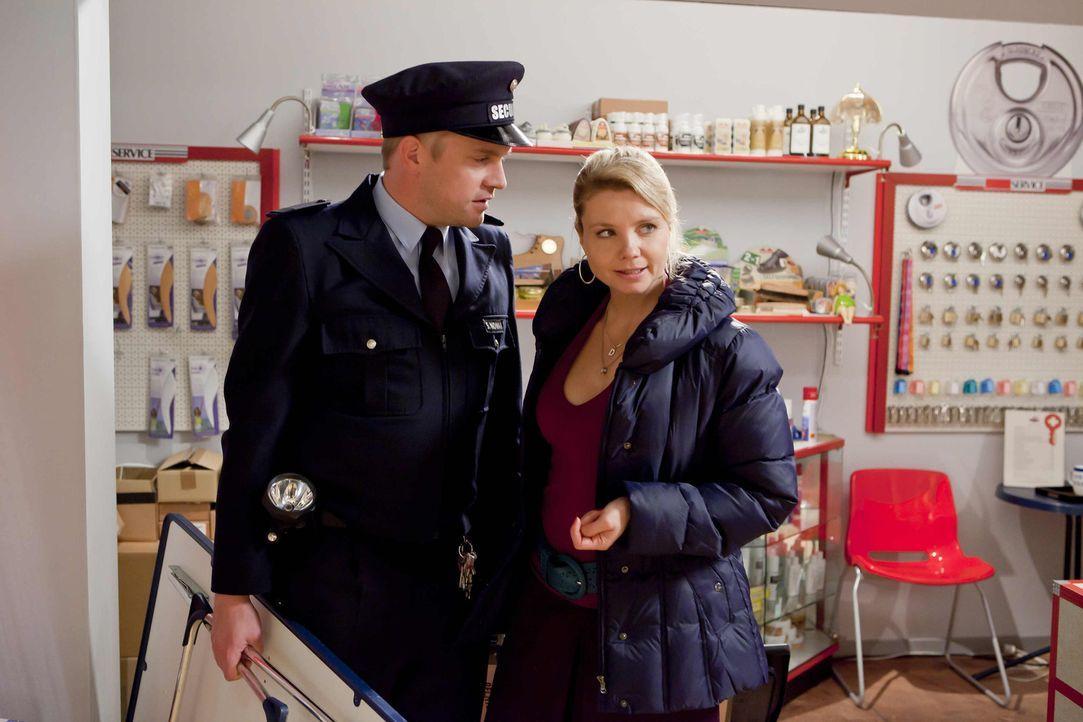 Da Sven (Sebastian Bezzel, l.) auf Schadensersatz verklagt wurde, steht Danni (Annette Frier, r.) ihm bei und vertritt ihn vor Gericht ... - Bildquelle: Frank Dicks SAT.1