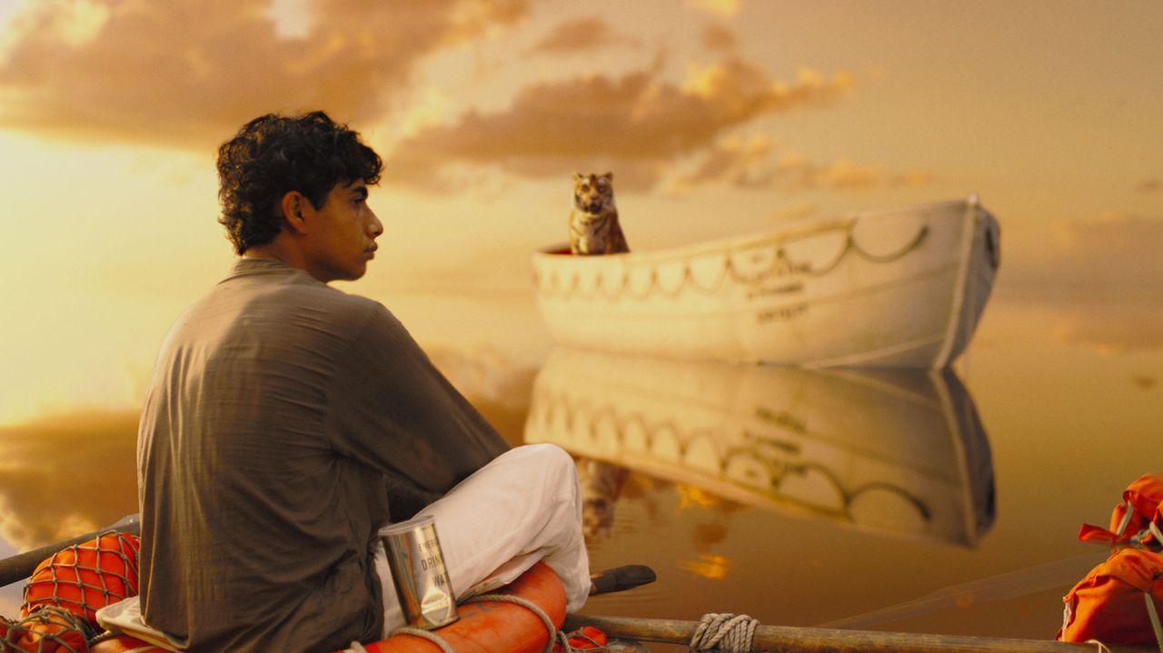 Nur in dem selbstgebauten Beiboot ist Pi (Suraj Sharma) vor dem hungrigen bengalischen Tigern in Sicherheit, bis zu dem Tag, an dem er beschließt, s... - Bildquelle: 2012 Twentieth Century Fox Film Corporation. All rights reserved.