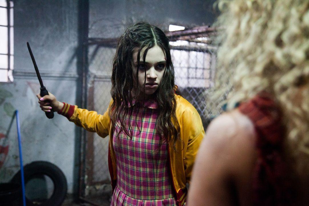 Nach der Ermordung ihrer Eltern kennt die bisher harmlose Sawa (India Eisley) nur eines: Sie will die Mörder zur Strecke bringen. Deshalb lässt sie...