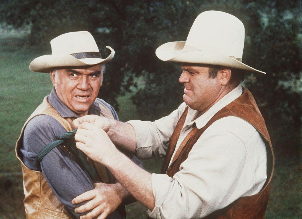 Ben (Lorne Greene, l.) und Hoss (Dan Blocker, r.) müssen ihr Land vor der Ausbeutung durch eine Bergbaugesellschaft bewahren, wenn es sein muss, dan... - Bildquelle: Paramount Pictures