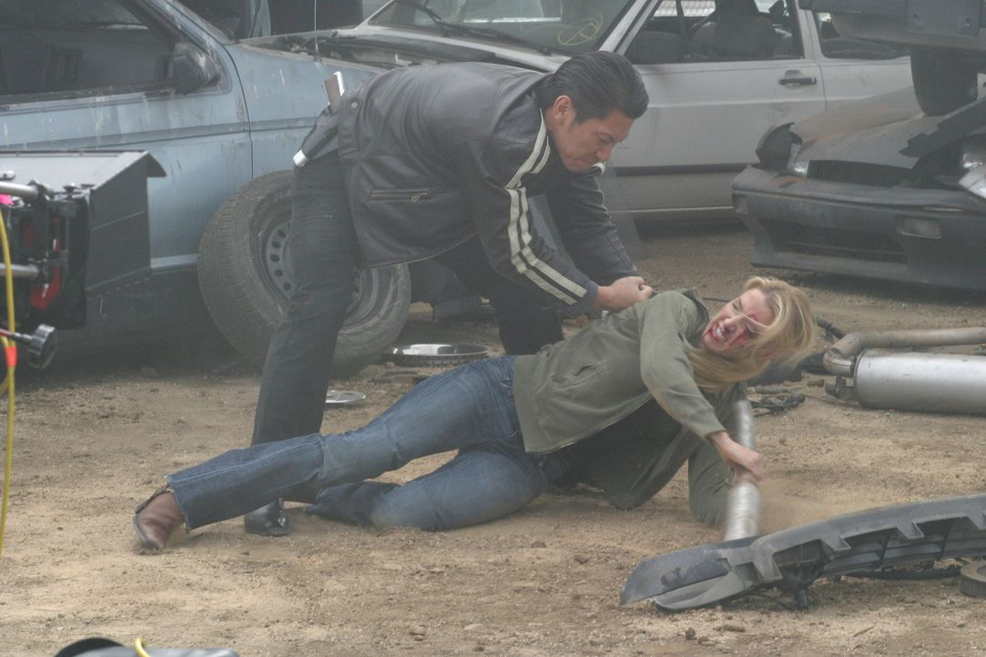 Die Tarnung von Samantha Spade (Poppy Montgomery, liegend) ist aufgeflogen. Der Drogenkurier Niran (Boyuen, l.) lässt sich nichts gefallen ... - Bildquelle: Warner Bros. Entertainment Inc.