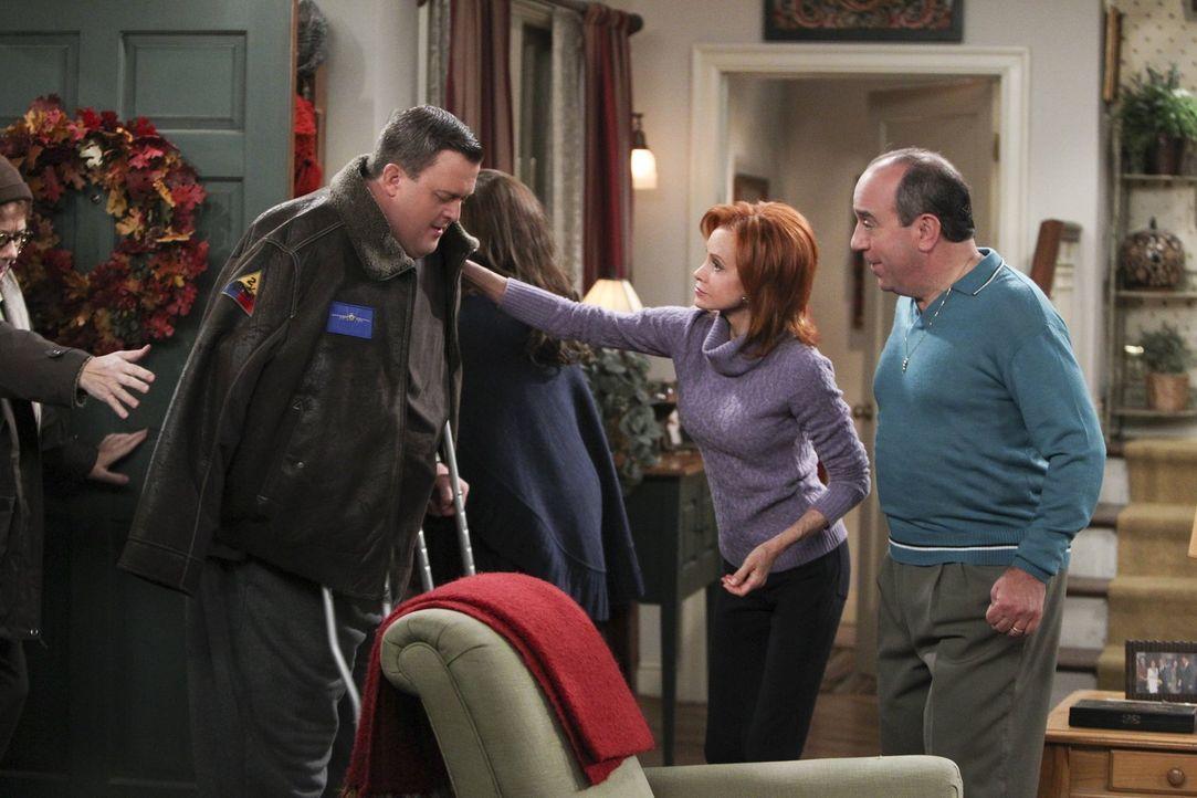 Mike (Billy Gardell, l.) wurde während eines Raubüberfalles angeschossen. Molly (Melissa McCarthy, 2.v.l.), Joyce (Swoosie Kurtz, 2.v.r.) und Vince... - Bildquelle: Warner Brothers