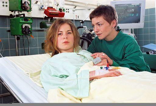 Für alle Fälle Stefanie - Die 15-jährige Edda (Klaudia Balawender, l.) ist ve...
