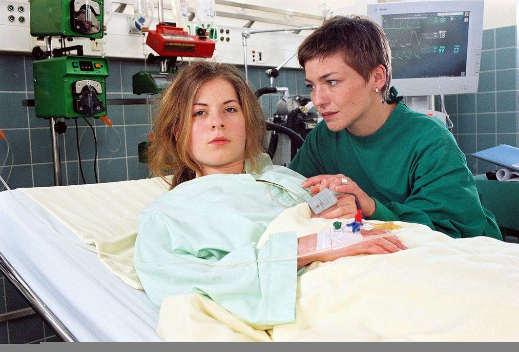 Die 15-jährige Edda (Klaudia Balawender, l.) ist verunglückt und außerdem noch schwanger. Der Vater ihres Kindes ist zudem ihr Stiefbruder. Aus Verz... - Bildquelle: Noreen Flynn Sat.1