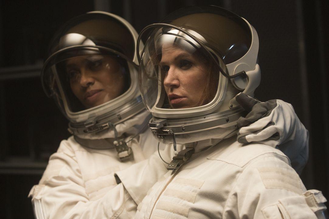Um den Mord an einer Wissenschaftlerin, der für eine Mission zum Mars ausgebildet wurde, zu entschlüsseln, ermitteln Carrie (Poppy Montgomery, r.) u... - Bildquelle: Barbara Nitke 2015, 2016 Sony Pictures Television Inc. All Rights Reserved.