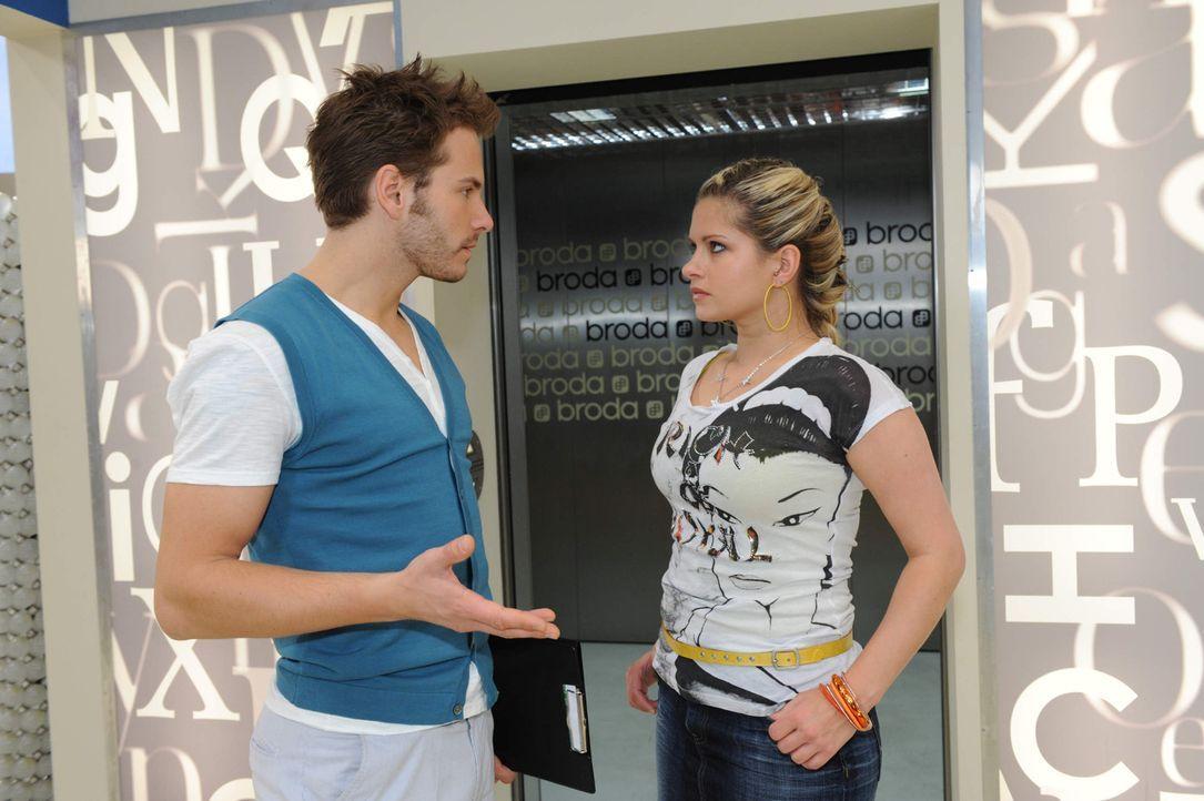 Enrique (Jakob Weigert, l.) versucht, sich Mia (Josephine Schmidt, r.) zu erklären, doch sie bleibt unversöhnlich. - Bildquelle: SAT.1