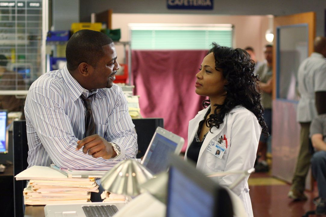 Während Sam erneut auf Diana trifft, macht Pratt (Mekhi Phifer, l.) Bekanntschaft mit Betina (Gina Ravera, r.) ... - Bildquelle: Warner Bros. Television