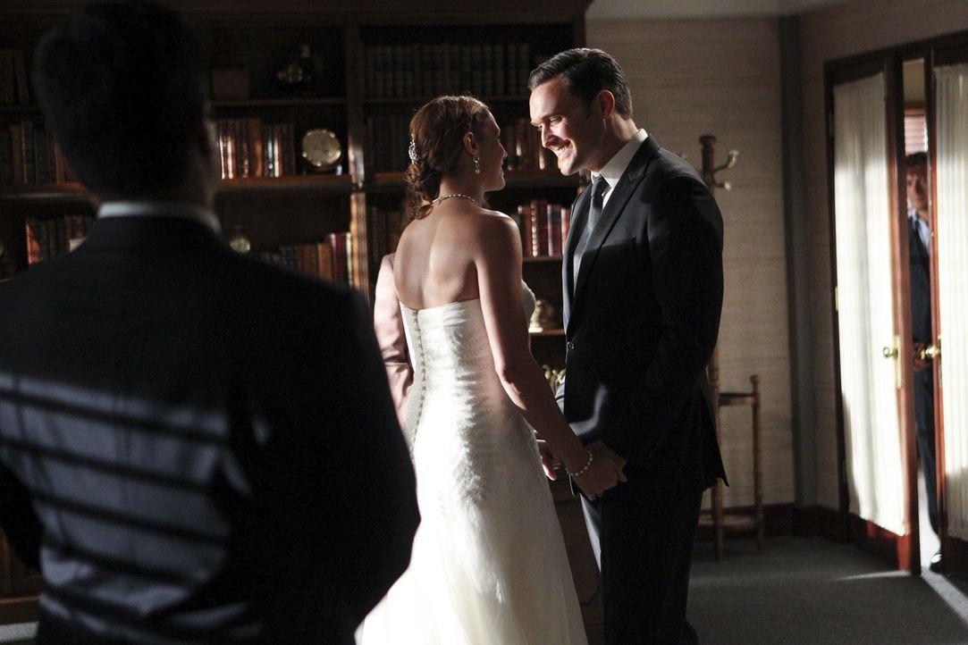 Heiraten: Wayne (Owain Yeoman, r.) und Grace (Amanda Righetti, M.) ... - Bildquelle: Warner Bros. Television