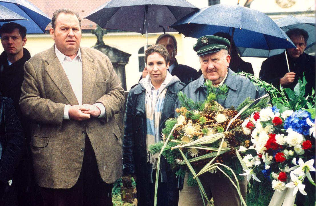 Benno (Ottfried Fischer, l.), Sabrina (Katerina Jacob, M.) und Pfeiffer (Udo Thomer, r.) sind auf der Beerdigung von Michael Brandtner. - Bildquelle: Magdalena Mate Sat.1