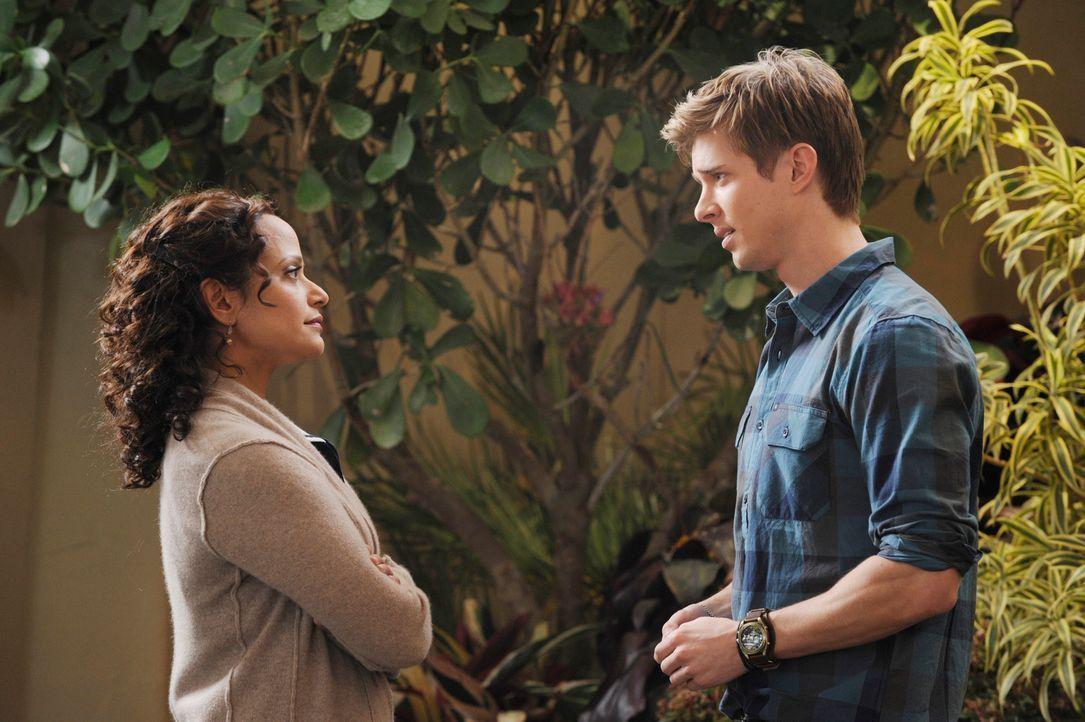 Bittet Zoila (Judy Reyes, l.) um Erlaubnis, mit Valentina ausgehen zu dürfen: Remi (Drew Van Acker, r.) ... - Bildquelle: ABC Studios