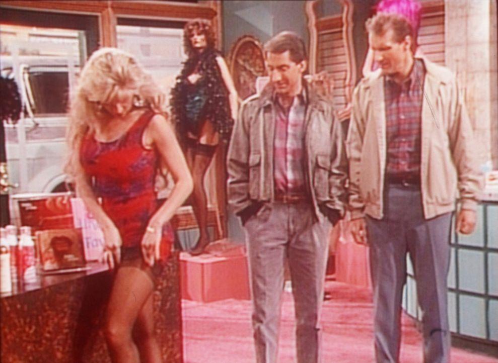 Eigentlich wollten Al (Ed O'Neill, r.) und Steve (David Garrison, 2.v.r.) nur einen BH für Peggy kaufen ... - Bildquelle: Sony Pictures Television International. All Rights Reserved.