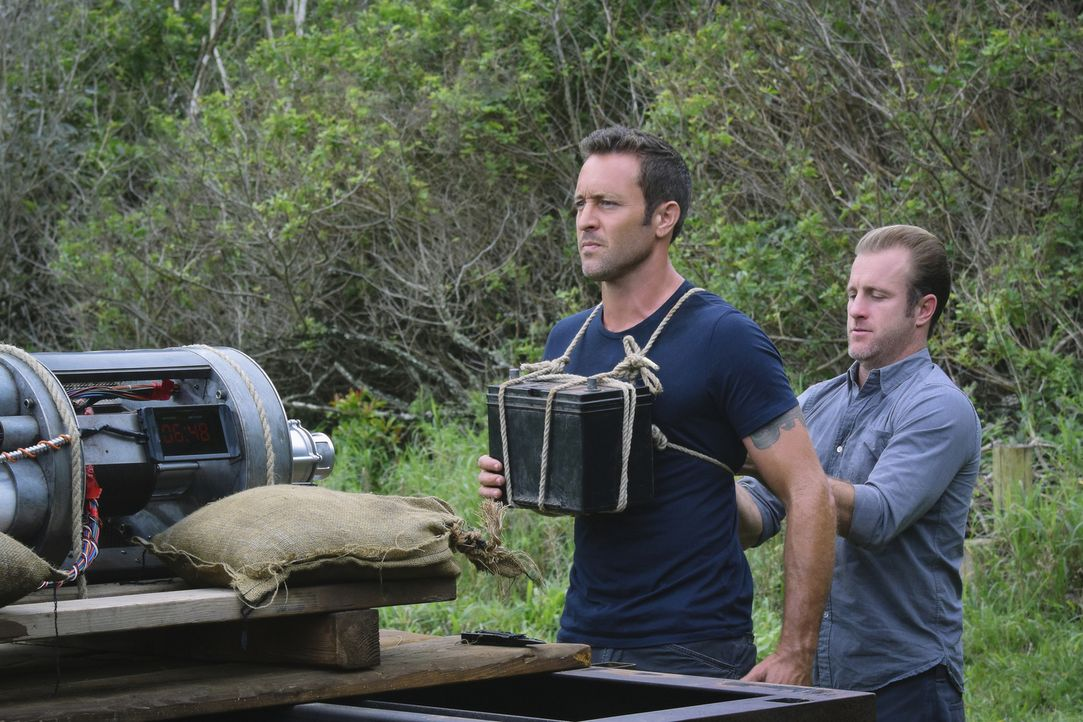 Müssen eine Katastrophe verhindern: Steve (Alex O'Loughlin, l.) und Danny (Scott Caan, r.) ... - Bildquelle: Norman Shapiro 2016 CBS Broadcasting, Inc. All Rights Reserved