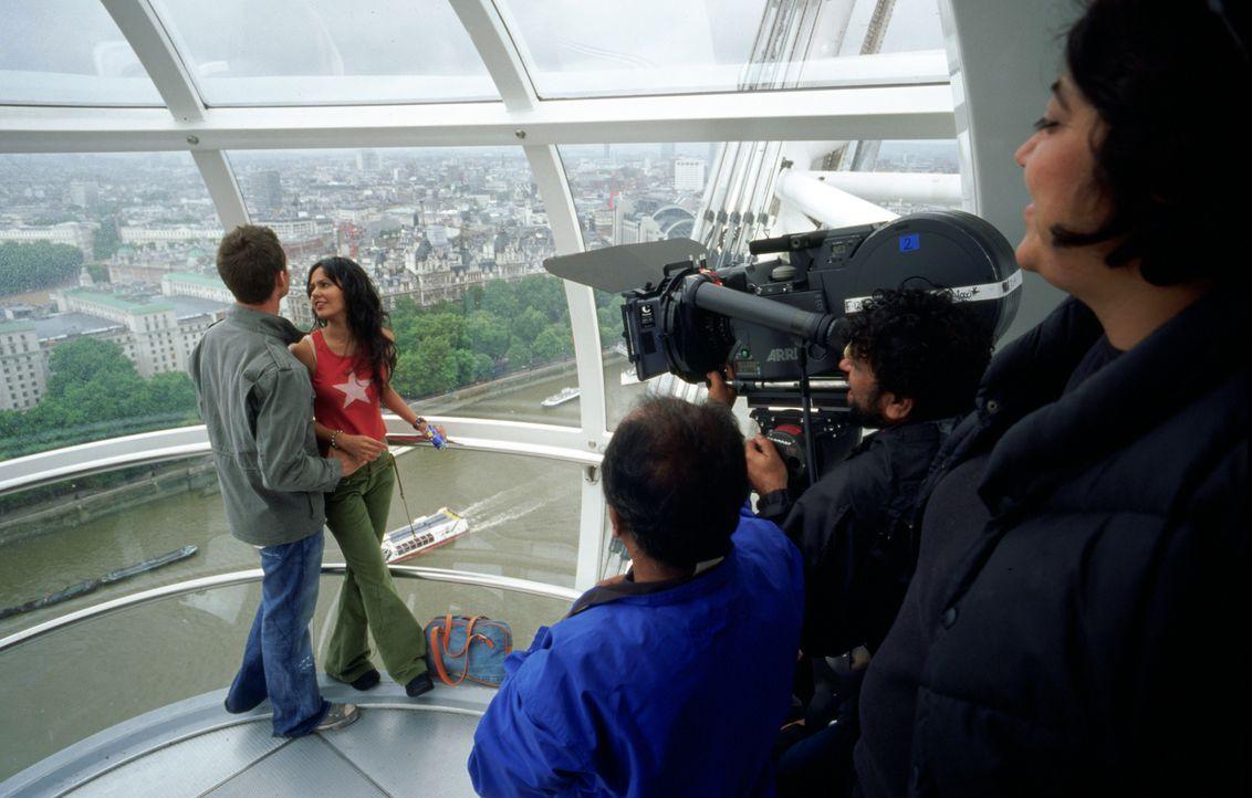 Am Set: Peeya Rai Chowdhary, r. und Daniel Gillies, l. - Bildquelle: Miramax Films
