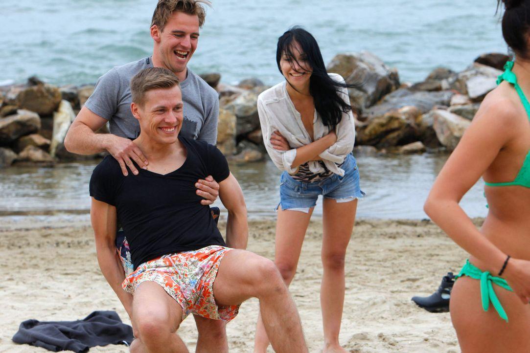 Paul (hinten) und Marcel (vorne) bei der Morgengynastik am Strand ... - Bildquelle: Richard Hübner ProSieben