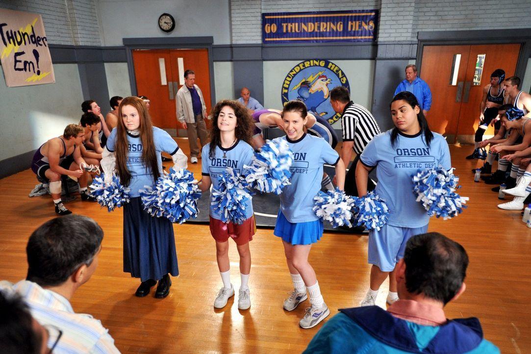 Sue (Eden Sher, 2.v.r.) will als Vorsatz fürs neue Jahr etwas Eigenes auf die Beine stellen und bemüht sich darum, ein Cheerleading-Team für die Wre... - Bildquelle: Warner Brothers