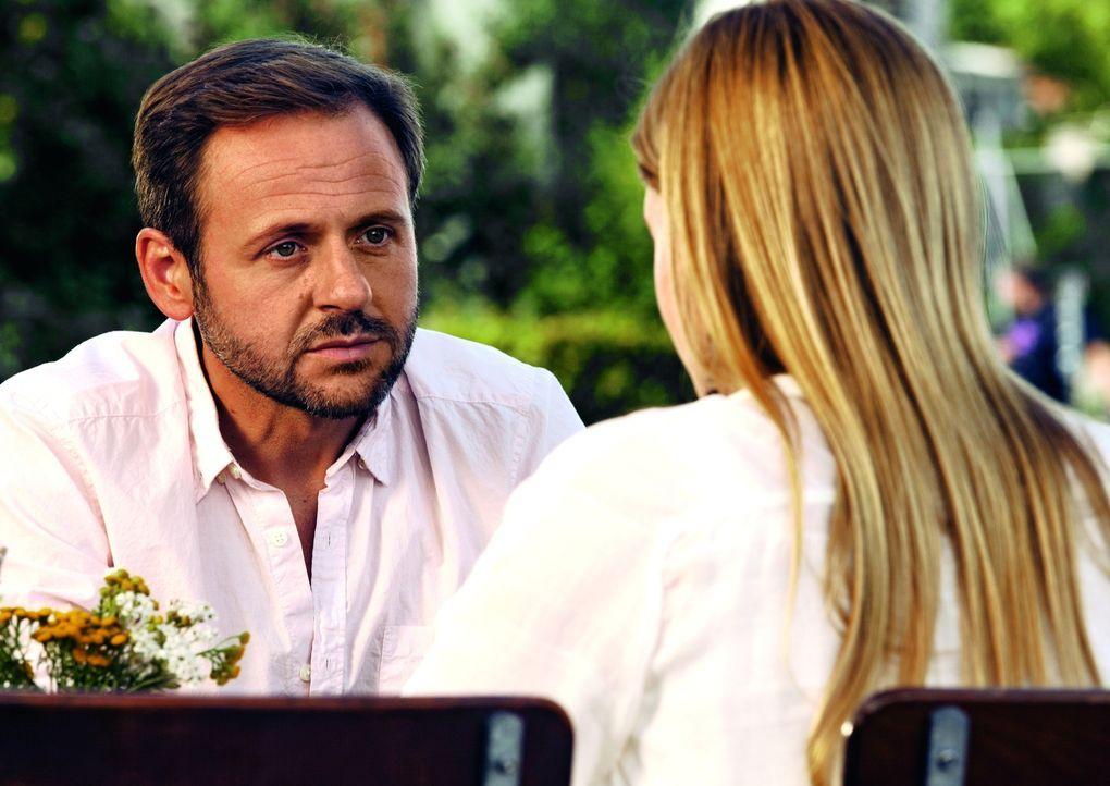 Endlich trifft Tristan (Samuel Finzi) die Frau, die seine Begeisterung für erneuerbare Energien teilt - und verliebt sich prompt unsterblich in sie... - Bildquelle: 2013   Warner Bros.