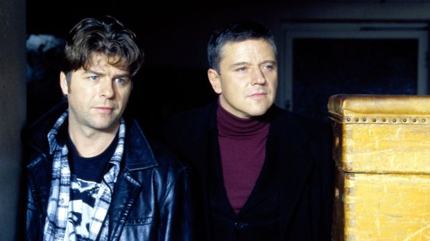 Jupp (Uwe Fellensiek, l.) und Taube (Christian M. Goebel, r.) schauen Wolkow...