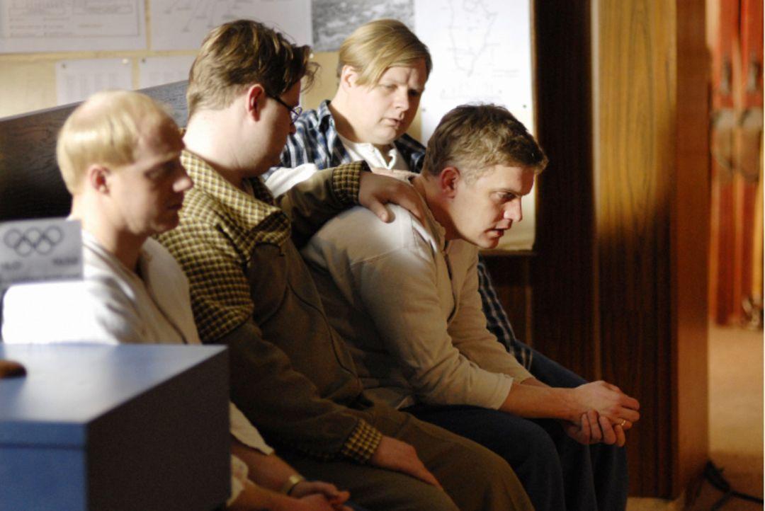In Oslo angekommen, weht ihnen ein rauer Wind ins Gesicht: Leusl Peter (Simon Schwarz, l.), Gustl (Antoine Monot Jr., 2.v.l.), Franzl (Michael Grimm... - Bildquelle: Constantin Film Verleih GmbH