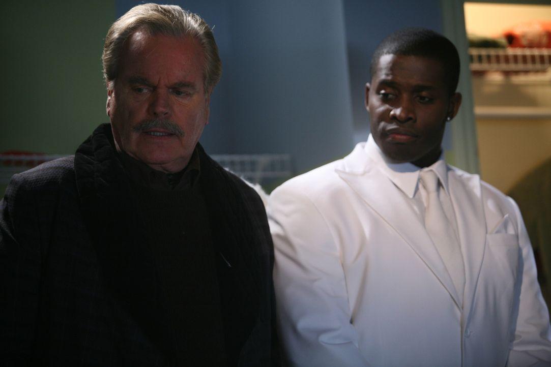 Mr. Wilson (Robert Wagner, l.) wünscht sich nur eines, dass Dennis Weihnachten weit, weit weg ist. Doch der Weihnachtsengel (Godfrey, r.) hat ein a...