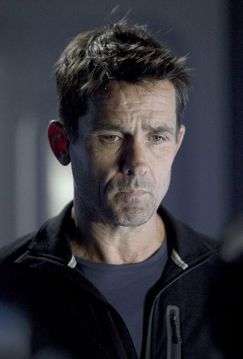 Muss schnell handeln, als möglicherweise infizierte Wissenschaftler Sarah festhalten: Alan (Billy Campbell) ... - Bildquelle: 2014 Sony Pictures Television Inc. All Rights Reserved.
