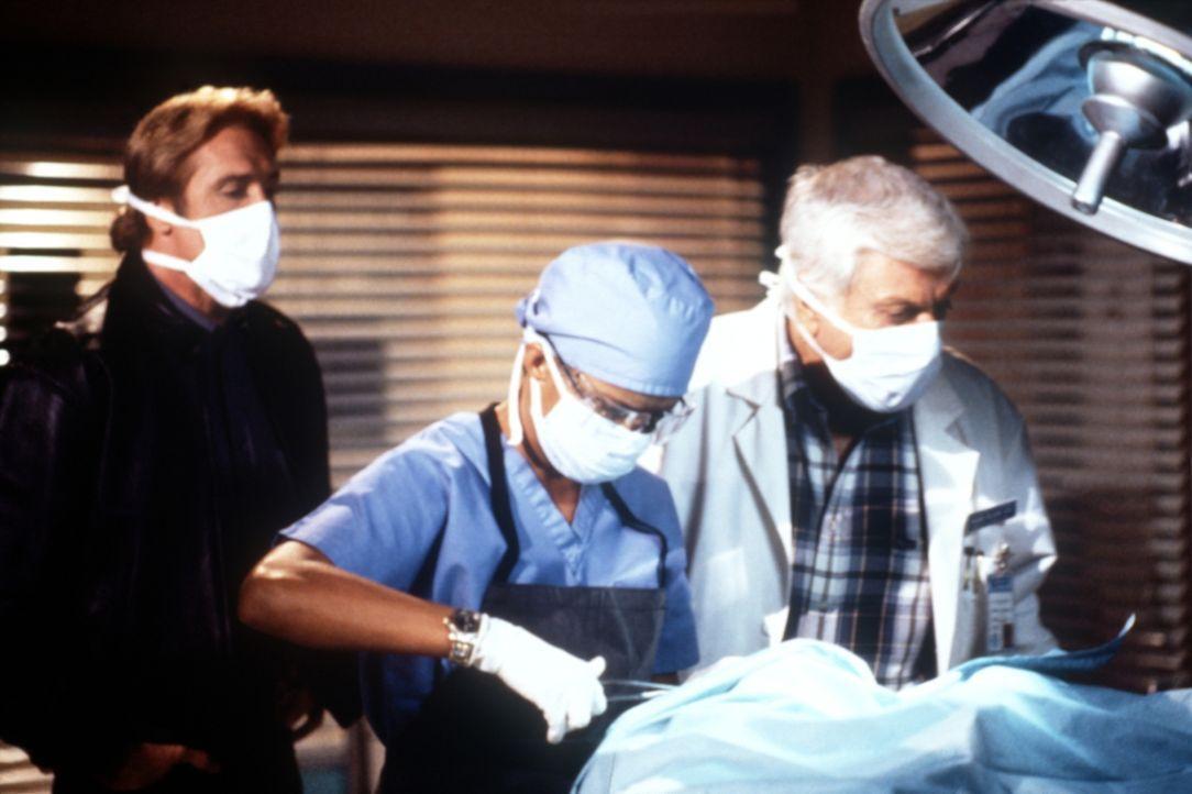 Steve (Barry Van Dyke, l.) beobachtet, wie Amanda (Victoria Rowell, M.) und Mark (Dick Van Dyke, r.) einen Toten obduzieren, um vielleicht einen Hin... - Bildquelle: Viacom