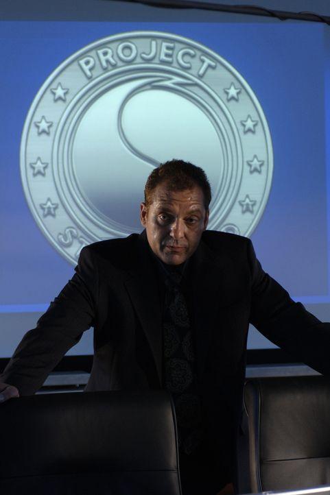 George Katzenberg (Tom Sizemore) wagt sich an ein Forschungsprojekt, das leicht aus den Fugen geraten kann ... - Bildquelle: BBC