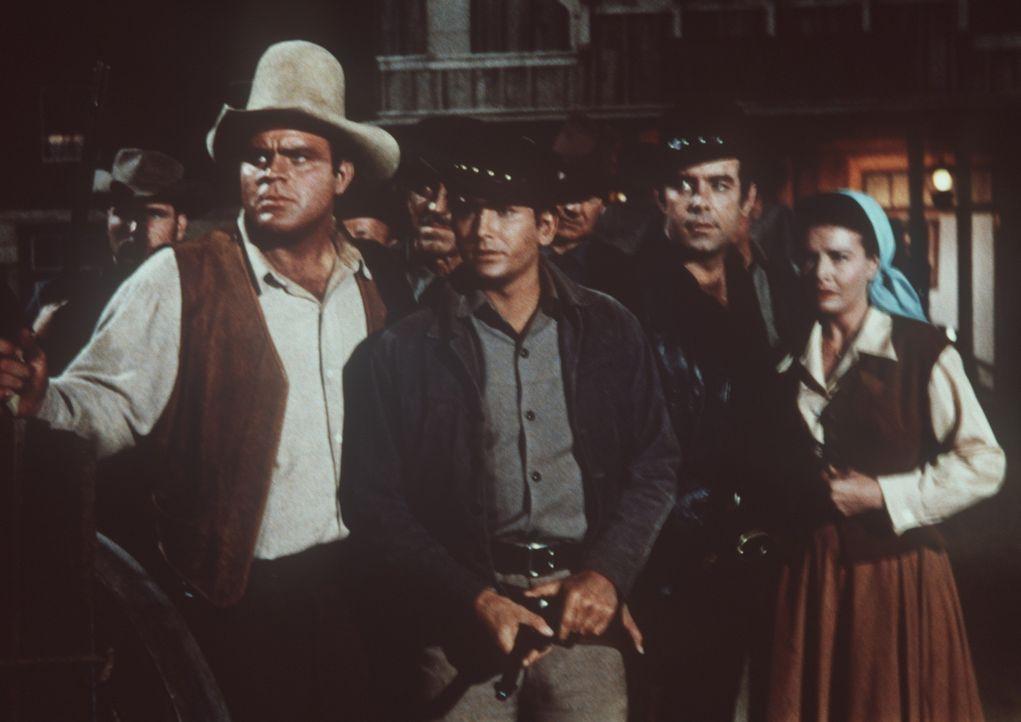 Hoss (Dan Blocker, l.), Little Joe (Michael Landon, 2.v.l.), Adam (Pernell Roberts, 2.v.r.) und Belle (Shirley Ballard, r.) erwarten den Angriff von... - Bildquelle: Paramount Pictures