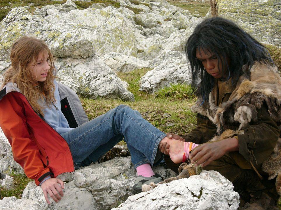 Allein in den Bergen: Bataa (Clarence John Ryan, r.) und Sophie (Julia Krombach, l.) brauchen einander und erleben eine ganz besondere Freundschaft,... - Bildquelle: Stefan Haring Dor Film