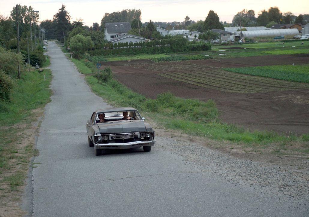 Für Sam (Jared Padalecki, l.) und Dean (Jensen Ackles, r.) ist der alte Impala mehr als ein Auto ... Auch im Kampf gegen die Monster und Dämonen ist... - Bildquelle: 2014 Warner Brothers