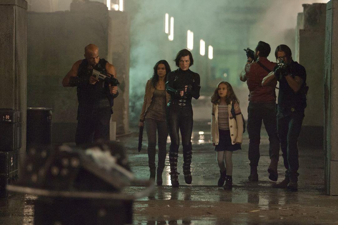 Das Entkommen ist sehr schwierig, denn der Bunker-Komplex von Umbrella besteht aus zombieverseuchten Großstadtsimulationen, die es zu durchqueren gi... - Bildquelle: 2011Davis Films/Impact Pictures (RE5) Inc. and Constantin Film International GmbH.