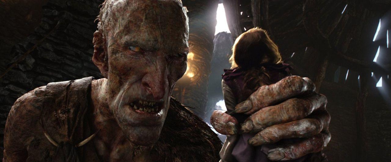 Prinzessin Isabelle (Eleanor Tomlinson, r.) befindet sich in den Fängen eines fürchterlichen Riesen (Philip Philmar, l.). Ein Kampf um Leben und Tod... - Bildquelle: Warner Brothers
