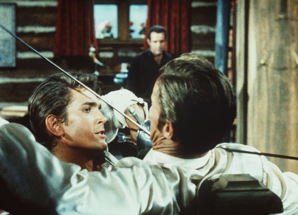 Ein Kampf um Leben und Tod: Little Joe Cartwright (Michael Landon, l.) duelliert sich mit dem Marshal Esketh (Dan Duryea, r.). - Bildquelle: Paramount Pictures