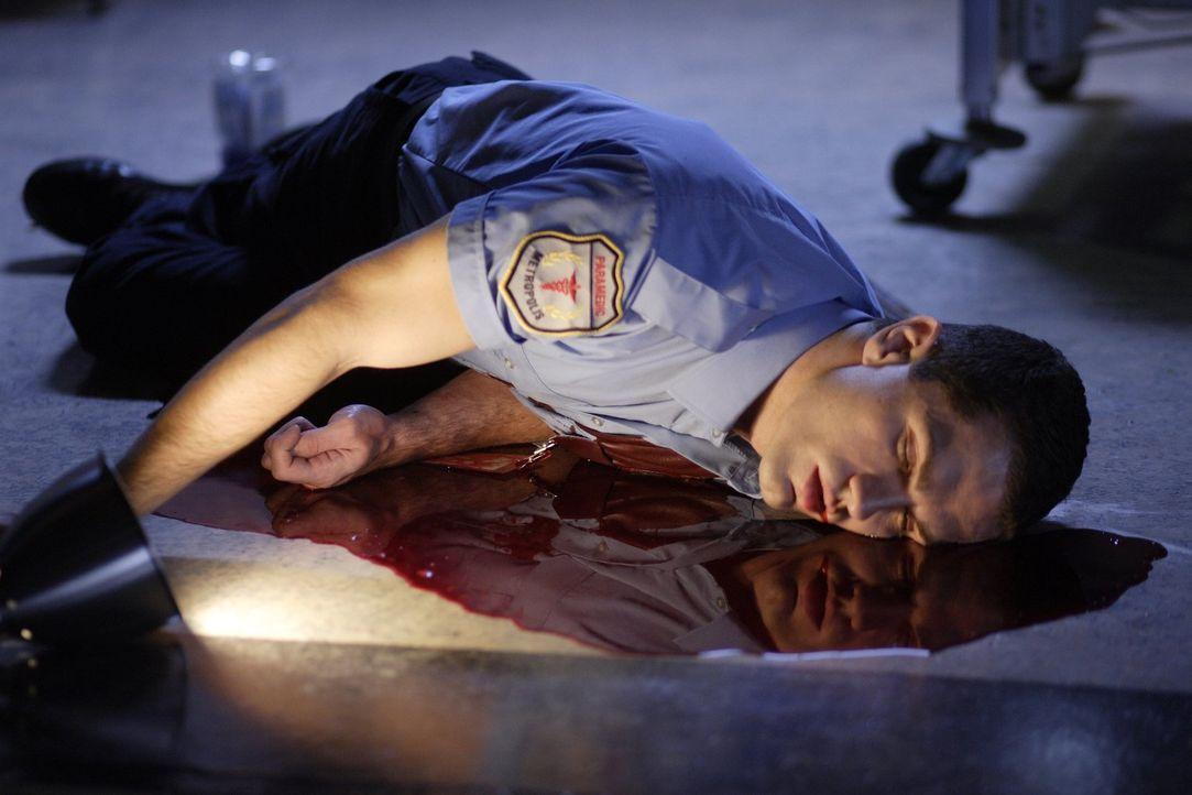 Wird Davis (Sam Witwer) an den Verletzungen, die ihm die besessene Lois zugefügt hat, sterben? - Bildquelle: Warner Bros.