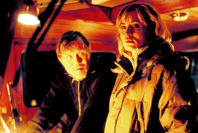 Der alte Hansen (Heinrich Giskes, l.) will Tanja (Anja Kling, r.) davon überzeugen, dass ein Pirat namens Wavlew Johanna entführt habe ... - Bildquelle: ProSieben