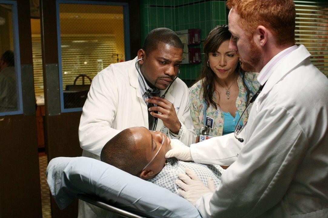 Chaz (Sam Jones III, liegend) wird mit einer Alkoholvergiftung in die Notaufnahme eingeliefert. Pratt (Mekhi Phifer, l.), Morris (Scott Grimes, r.)... - Bildquelle: Warner Bros. Television