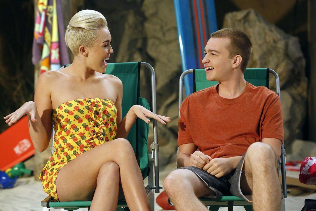 Während Missi (Miley Cyrus, l.) nichts für Walden übrig hat, findet sie Gefallen an Jake (Angus T. Jones, r.), der auf Wochenendurlaub von der Army... - Bildquelle: Warner Brothers Entertainment Inc.