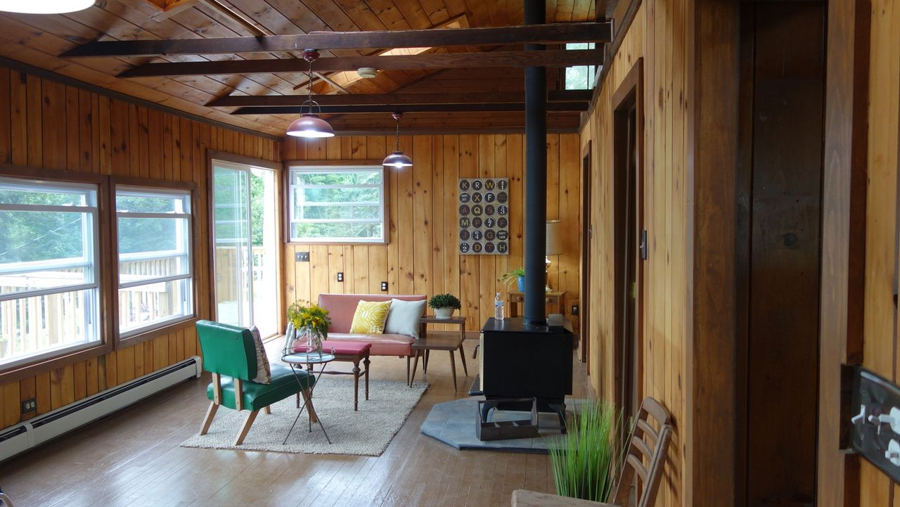 Nick und James beauftragen Lindsay LeBrecht ihnen ein Haus am New York's Copake Lake, Hudson Valley für maximal 299.000 $ zu suchen, da sie sich in... - Bildquelle: 2015, HGTV/Scripps Networks, LLC. All Rights Reserved.